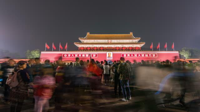 vídeos de stock, filmes e b-roll de t/l ws la pan portão tiananmen e turístico / beijing, china - portão da paz celestial de tiananmen