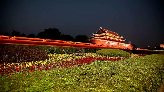 vídeos de stock, filmes e b-roll de beijing, china - october 17, 2016: tiananmen gate at night with lights on. - portão da paz celestial de tiananmen