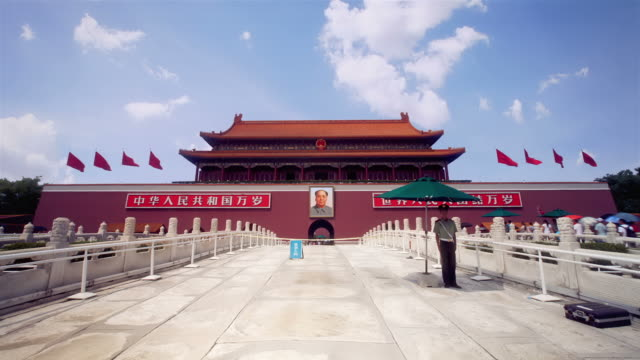 stockvideo's en b-roll-footage met tiananmen, gate of heavenly peace, beijing - plein van de hemelse vrede