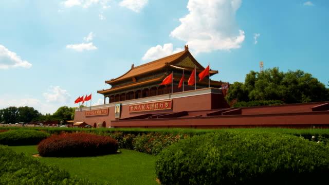 vídeos de stock, filmes e b-roll de tiananmen, em pequim, china - portão da paz celestial de tiananmen