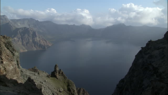 tianchi hu (heaven lake) looking across to mount paektu, changbaishan national nature reserve, jilin province, china - 自然保護区点の映像素材/bロール