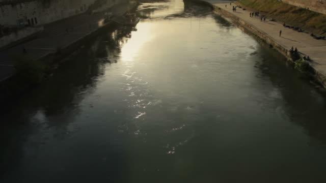 テベレ川と tiberina 島のローマ - テベレ川点の映像素材/bロール