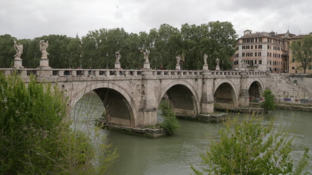 tiber river rome - arco architettura video stock e b–roll