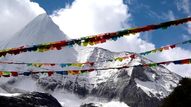 Tibetaanse heilige Gebedsvlaggen rond Yading