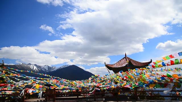 vídeos y material grabado en eventos de stock de tibetano a la oración flags en high mountain de yunnan, china - full hd format