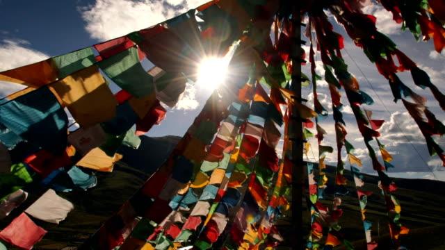 tibetische gebetsfahnen in lin zhi, china - buddhism stock-videos und b-roll-filmmaterial