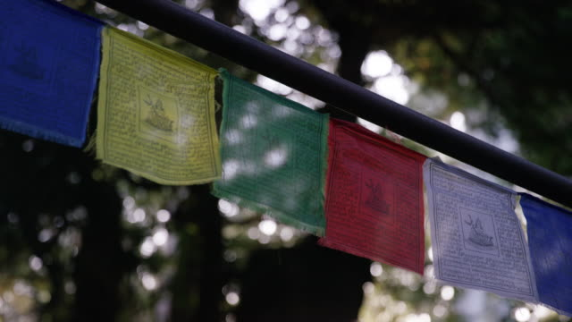 tibetan prayer flags (close up, rack focus) - traditionally tibetan stock videos & royalty-free footage
