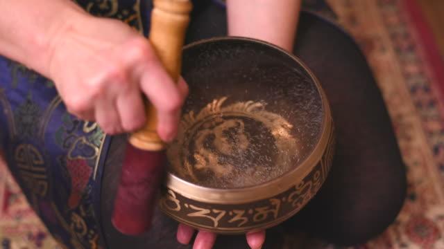 tibetische schalen in aktion singen - schüssel stock-videos und b-roll-filmmaterial