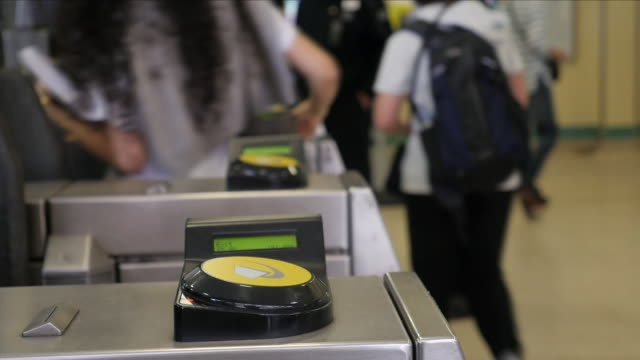 vidéos et rushes de ticket barriers at a london underground station - limite