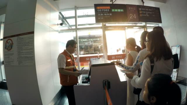vídeos y material grabado en eventos de stock de ticket checking in boarding gate,china. - hacer cola