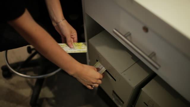 stockvideo's en b-roll-footage met tickets coming out of printer. no audio - drukker