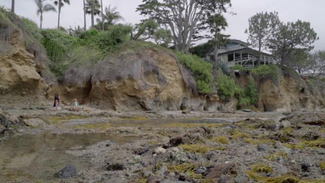 stockvideo's en b-roll-footage met tide pools dolly - laguna beach californië