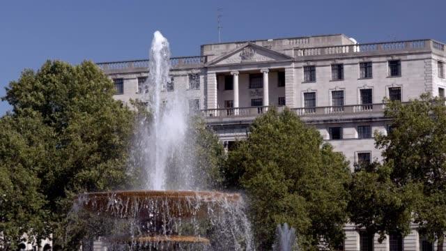 abgestufte brunnen am trafalgar square in london - trafalgar square stock-videos und b-roll-filmmaterial