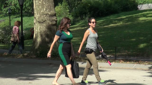 tiffani thiessen on location for 'white collar' in central park in new york ny on 8/27/13 - tiffani thiessen stock videos & royalty-free footage