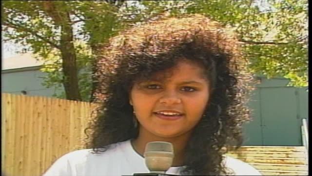 stockvideo's en b-roll-footage met tiffany fan with big curly hair in westbury ny - alleen meisjes