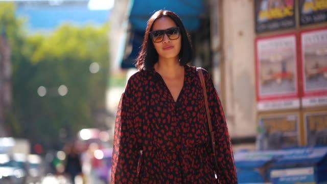 vídeos de stock e filmes b-roll de tiffany hsu wears a red dress, sunglasses, during london fashion week september 2018 on september 17, 2018 in london, england. - dress