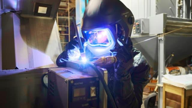 vídeos de stock e filmes b-roll de tig welder at work - soldar