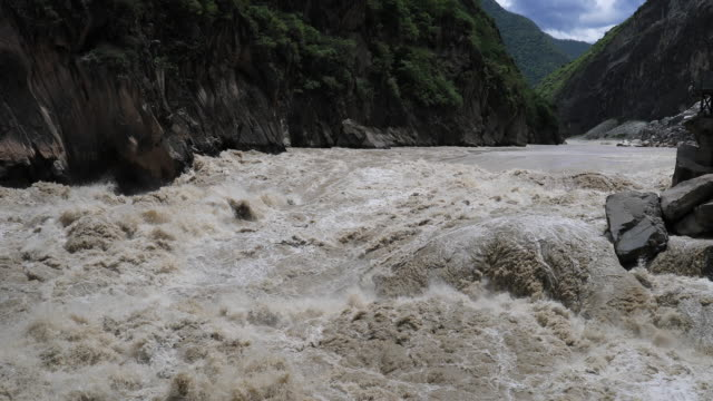 vídeos de stock, filmes e b-roll de desfiladeiro do pulo do tigre - yunnan province