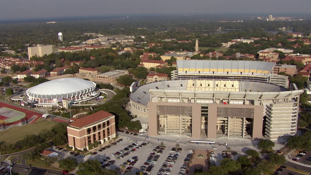 tiger stadium stands next to campus buildings at louisiana state university. - baton rouge stock-videos und b-roll-filmmaterial