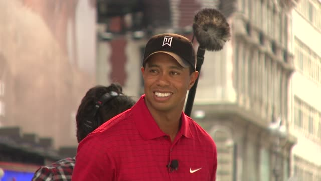 tiger woods at the 'showdown on broadway' tiger woods tees off against jimmy fallon at new york ny - tiger woods stock videos & royalty-free footage