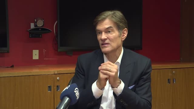 tight family bonds help reduce stress levels and are good for a healthy heart, a famous physician said monday. dr. mehmet oz, a turkish-american... - メフメト オズ点の映像素材/bロール