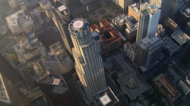 vídeos y material grabado en eventos de stock de tight orbit around us bank tower in los angeles. shot in 2008. - artbeats