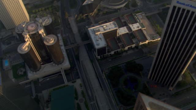 vídeos y material grabado en eventos de stock de tight orbit of downtown los angeles buildings. shot in 2008. - artbeats