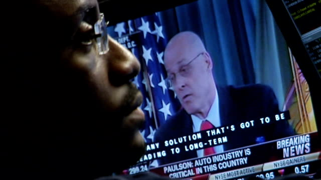 vidéos et rushes de tight shot eyelevel view of trader working and paulson on tv monitor referring to the auto industry on trading floor of new york stock exchange new... - fondu d'ouverture