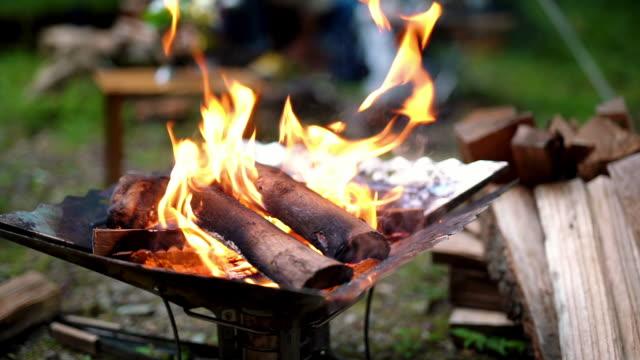 vídeos de stock, filmes e b-roll de tight shot of a camp fire in slow motion - tradição