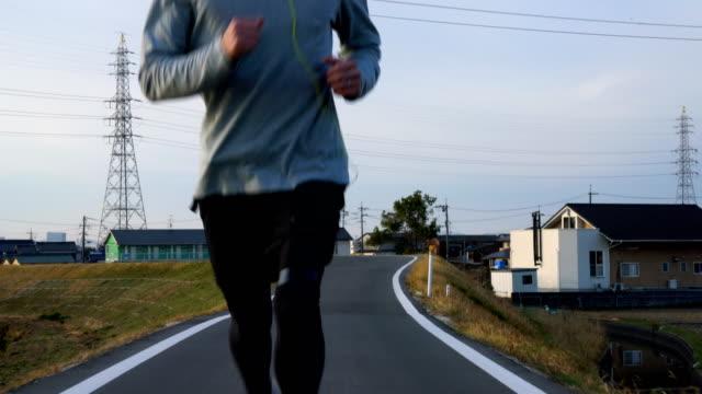 午前中に実行している 30 代の男性のタイトなショット - 走る点の映像素材/bロール