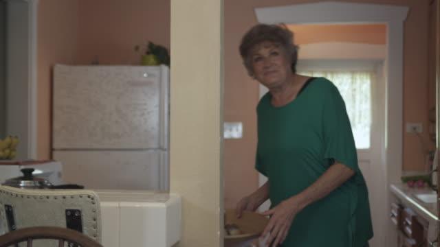 vídeos de stock, filmes e b-roll de tight shot of elderly lady adorning dining room table. - só uma mulher idosa