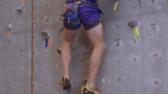 vídeos y material grabado en eventos de stock de tight shot del hombre en una pared de escalada en roca - escalada libre