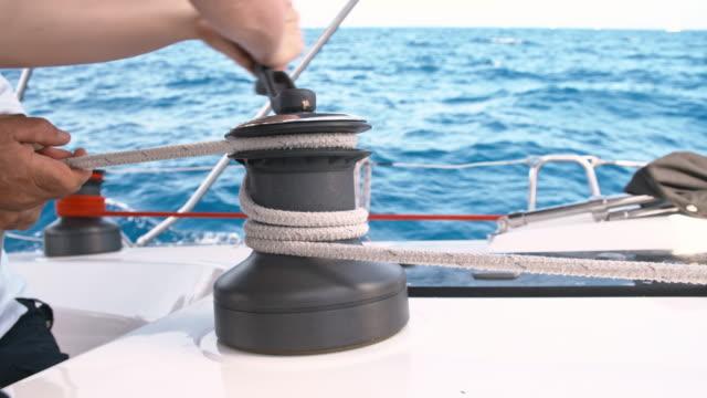 slo-mo verschärfung das seil um seilwinde - seil stock-videos und b-roll-filmmaterial