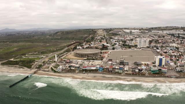 ティファナメキシコ国境の壁空中ショット - san diego点の映像素材/bロール