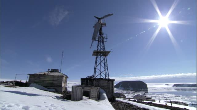ws, tikaya bukhta - old russian meteorological base, franz josef land, russia - wetterstation stock-videos und b-roll-filmmaterial