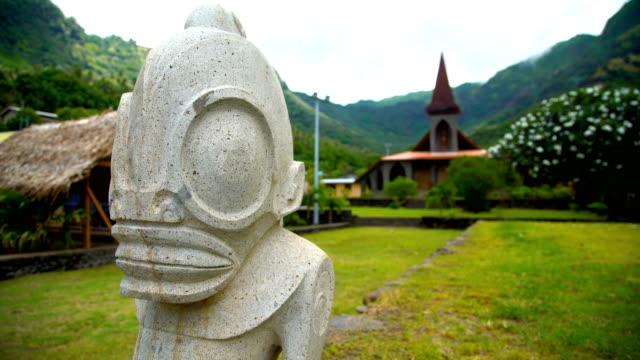 tiki art sculpture vaitahu on tahuata island marquesas - polynesischer abstammung stock-videos und b-roll-filmmaterial