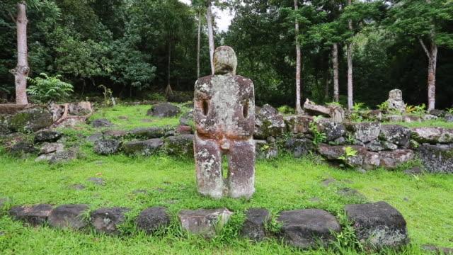 vídeos y material grabado en eventos de stock de tiki statue on hiva oa - polinesio