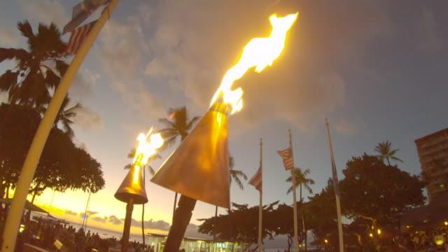 vídeos de stock, filmes e b-roll de tiki torches burning at sunset in maui, hawaii. - slow motion - tocha tiki
