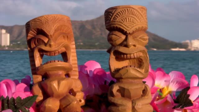 tikis hawaii oahu waikiki diamond head tiki maui surf - hawaiian culture stock videos & royalty-free footage