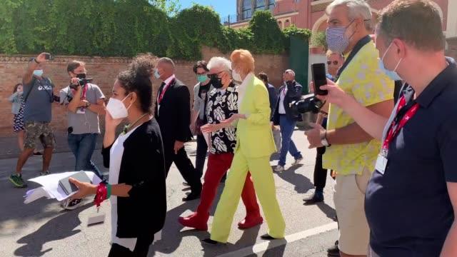 tilda swinton is seen arriving at the 77th venice film festival on september 03, 2020 in venice, italy. - celebrity sightings stock-videos und b-roll-filmmaterial