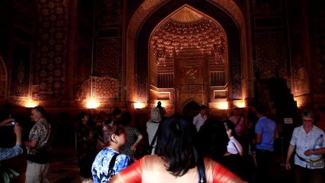 vídeos de stock, filmes e b-roll de tilla-kori madrasah.the interior madrasah painted gold. - madressa