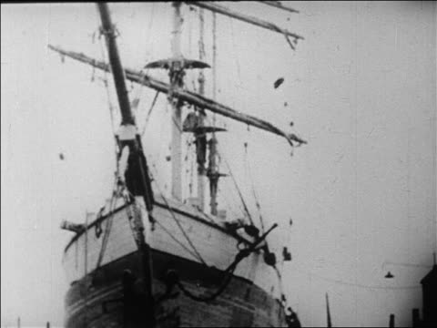 tilt down admiral byrd's supply ship docked in ny harbor / newsreel - 1926年点の映像素材/bロール