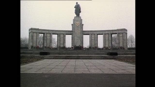 tilt down and wide shot of the second world war soviet war memorial in berlin's tiergarten; 1985. - national landmark stock videos & royalty-free footage