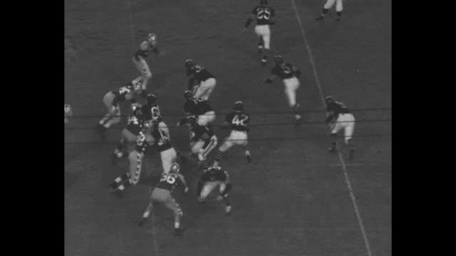 vídeos de stock, filmes e b-roll de tilt down chicago bears sid luckman passes to william osmanski for a five yard gain in charity game - 1941