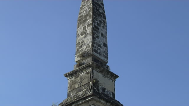 tilt down close up shot magellan monument cebu bohol philippines - monumente stock-videos und b-roll-filmmaterial