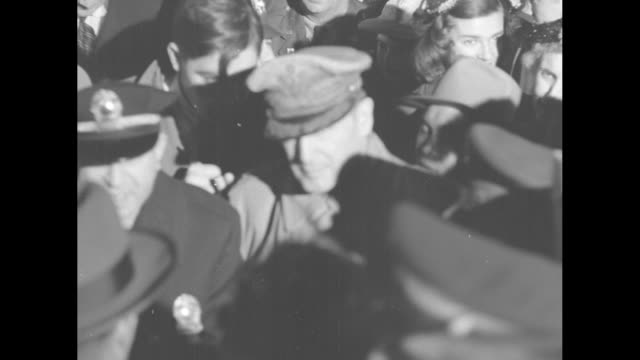 vidéos et rushes de tilt down cu crowd of people general douglas macarthur in center of dense crowd at national airport/ ms crowd of people at base of airplane stairs... - aéroport ronald reagan