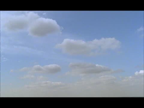 wa tilt down from cloudy sky to sprawling london skyline, england - ティルト点の映像素材/bロール