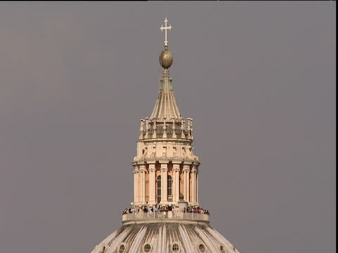 vídeos de stock e filmes b-roll de tilt down from dome of st peter's basilica to main structure of building vatican city - 1995