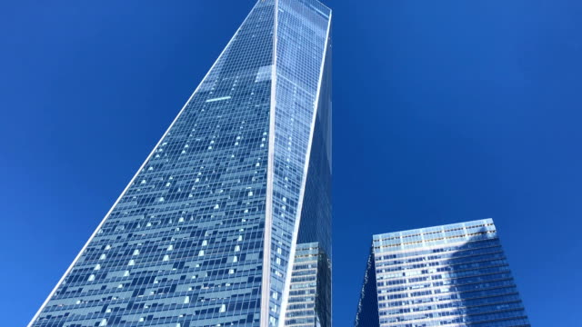 tilt down from one world trade center tower to national september 11 memorial fountain. - one world trade center stock-videos und b-roll-filmmaterial