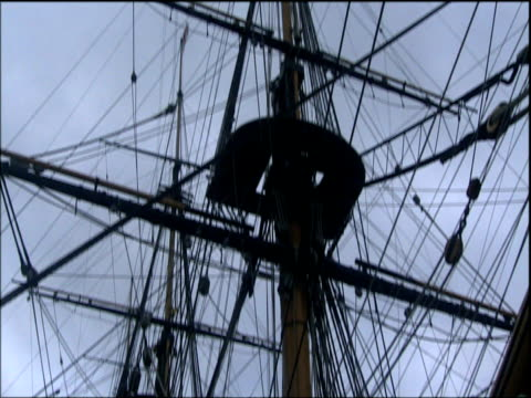 tilt down from rigging to hull of hms victory portsmouth - 船体点の映像素材/bロール